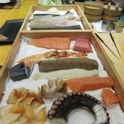 nhìn cái mâm sushi ngay trước mặt tươi ngon chưa