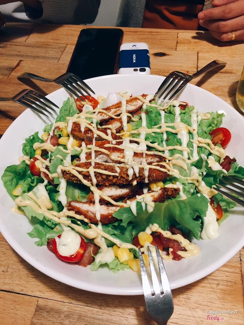 Salad gà chiên giòn