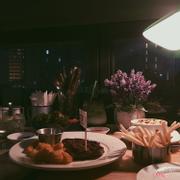 Dưới ánh đèn vàng cùng người yêu thì mình cho điểm tuyệt đối về món ăn và cả không gian. Đặc biệt mình cực thích chổ ngồi và cách chơi nhạc của quán 🌉