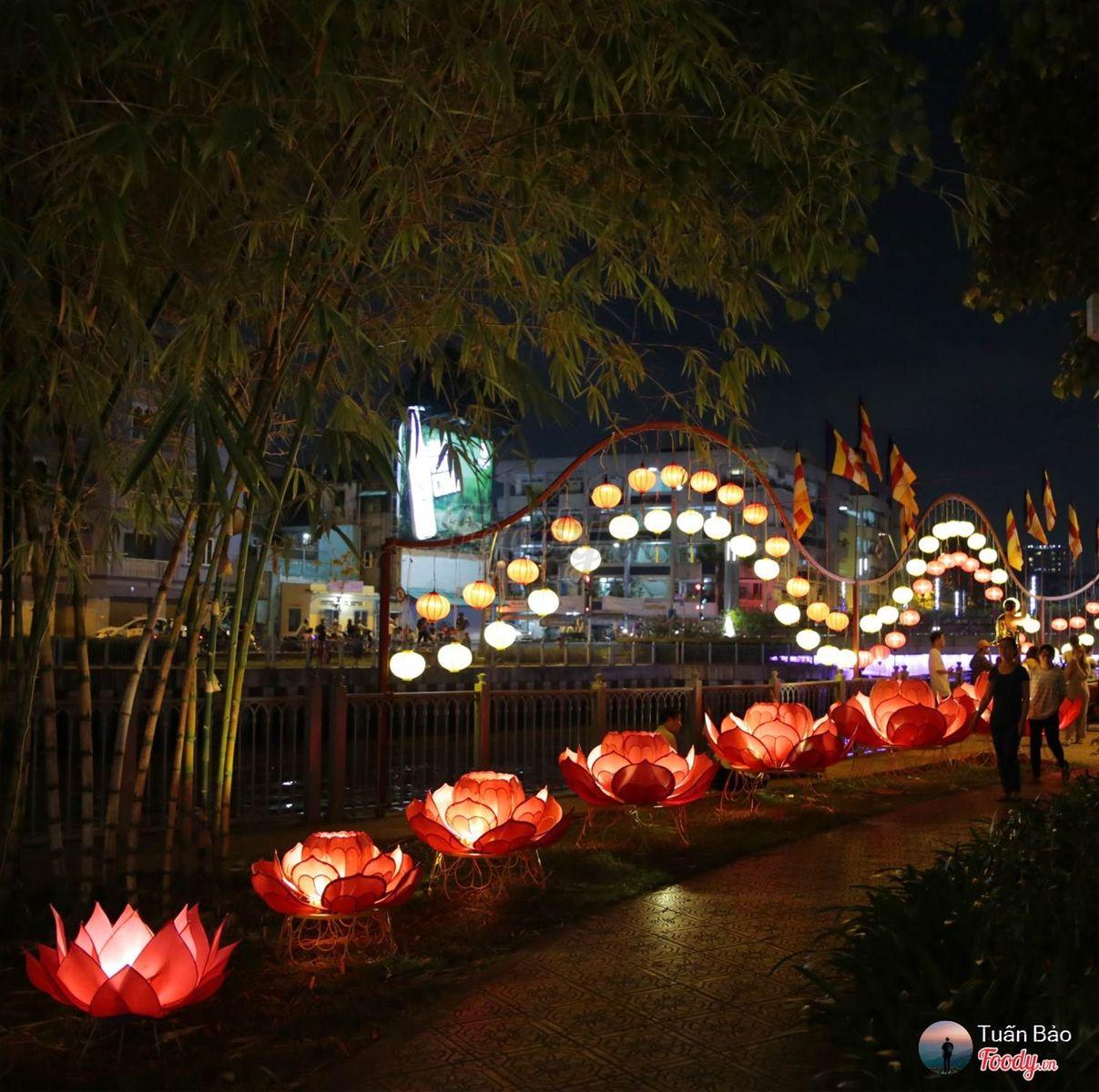 Cờ, hoa sen, lồng đèn v..v được cácchư Tăng và Phật tử trang trí hưởng ứng ngày lễ càng khiến cho ngôi chùa trở nên lộng lẫy lung linh khi đêm về.