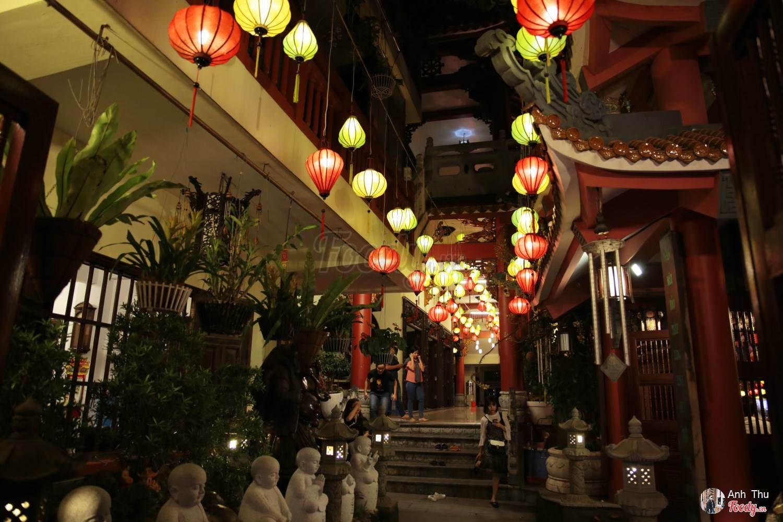 Không chỉ bên ngoài mà phía bên trong chùa cũng được giăng đèn lồng khắp lối.