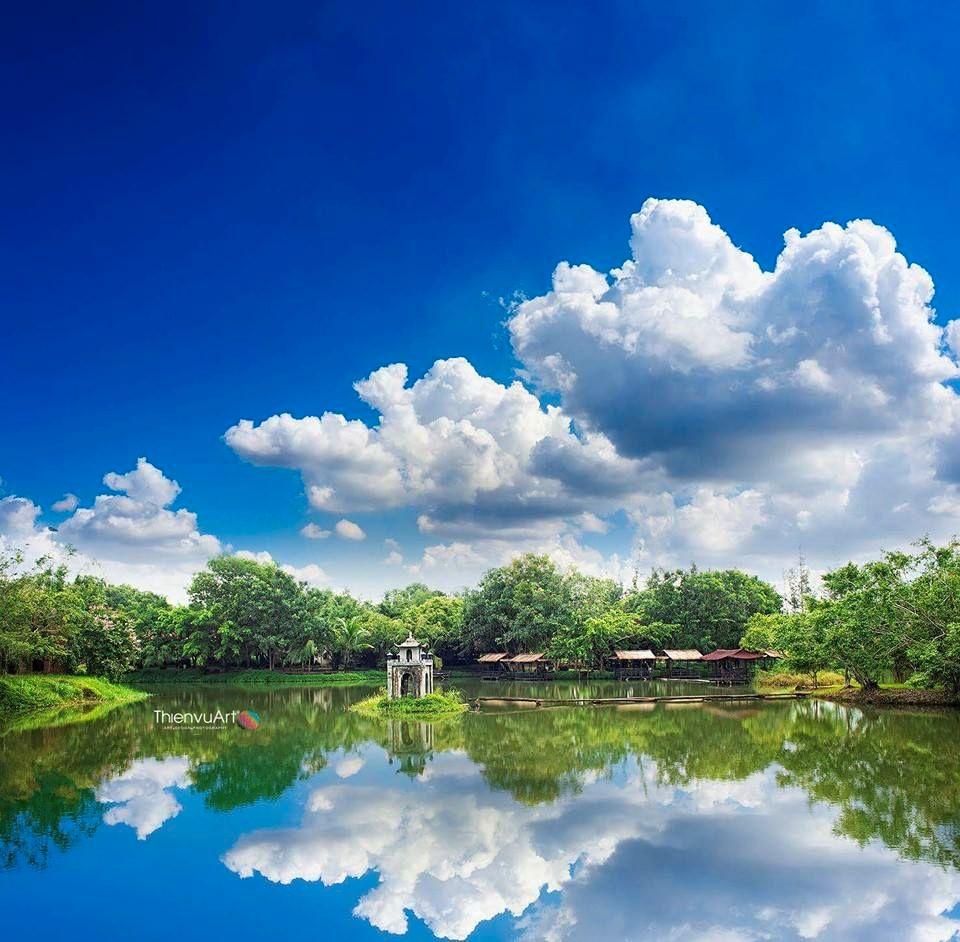 Chỉ với 15.000đ là bạn đã có thể tha hồ tham quan, thưởng ngoạn phong cảnh lãng mạn, yên bình với hàng nhiều cây cổ thụ cùng hồ nước nhân tạo lớn ...