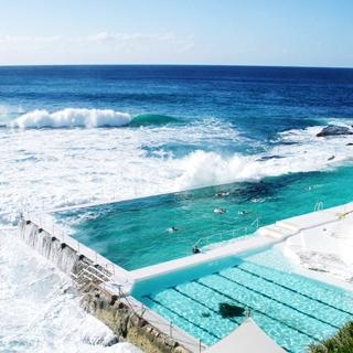 """Quá đã với """"hồ bơi nước mặn"""" lưng chừng giữa biển thu hút du khách"""