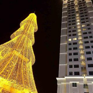 [ĐN] Há hốc trước cây thông Noel vàng rực sừng sững ở công viên kỳ quan thế giới