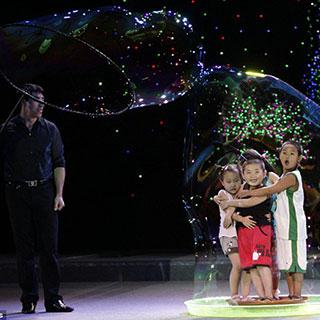 """Mãn nhãn với màn trình diễn của """"Huyền Thoại Bong Bóng"""" thế giới Fan Yang tại Đầm Sen"""