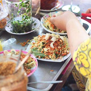 """(HCM) """"Buffet"""" bánh tráng, sốt bơ trứng cút độc nhất Sài Gòn"""