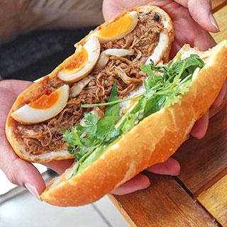 (HCM) Bữa sáng ấm bụng với bánh mì thịt thung trứng lòng đào
