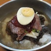 Mỹ vị trần gian: mì lạnh Hàn Quốc. Sợi mì mềm lạnh cho vào miệng thật sảng khoái và ngon miệng.