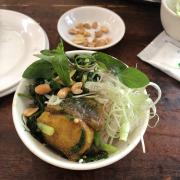 Cho bún, cho rau vs cá vào, bỏ thêm hành, rau thơm, chang mắm tôm lên, sau đó thưởng thức