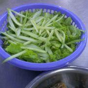 Cái rổ nhỏ phía trên là rau, phải nói là bao la rau luôn. Rau và bún thêm được miễn phí