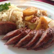 Xúc xích xông khói, thanh xúc xích chắt nịt, bên trong đầy là thịt, mỡ vừa phải. Cắn vào xúc xích mỡ ứa ra thơm lừng, phần thịt vì được nhồi chặt nên nhai rất thích.180K