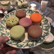 Macaron 45k/cái,hơi ngọt nêm mình hồng có thích lẵm tại k phải team mê đồ ngọt
