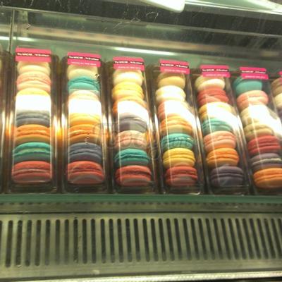 1 tủ bánh Macaron, 1 hộp 7 cái giá 180k/hộp. Bánh macaron là loại bánh nổi tiếng của Pháp, vị bánh khá ngọt nên khá kén người ăn