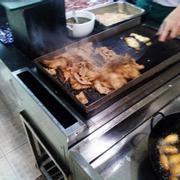 Bò và gà đang được xào