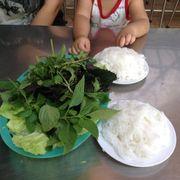 Bún và rau được mang ra đầu tiên