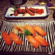 Món bò cuộn nấm và sushi salmon