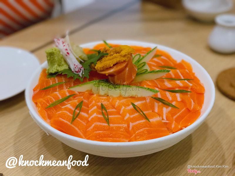 Salmon sashimi + cầu gai on top