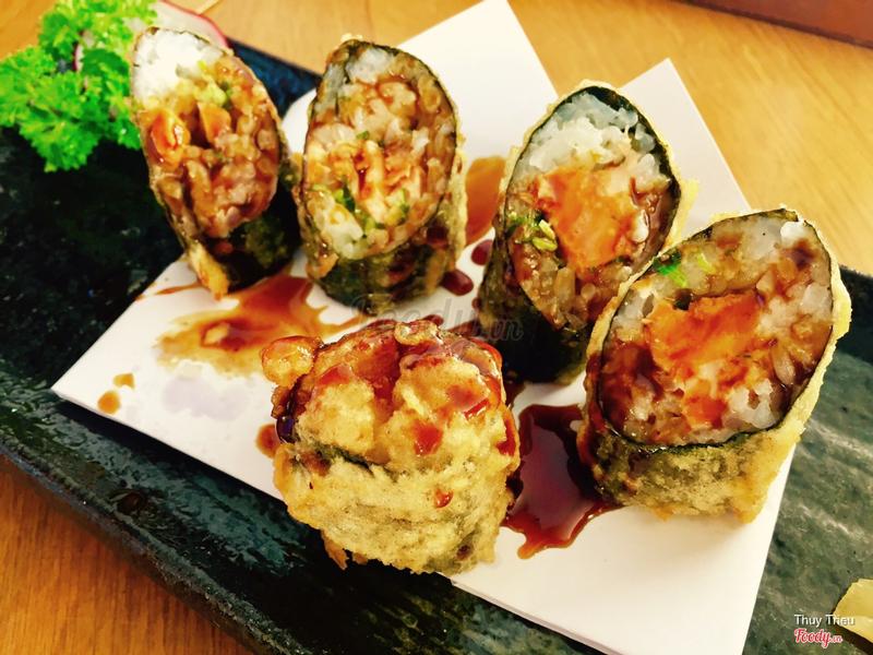 Sushi cá hồi chiên