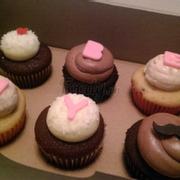 Cupcake hộp 6 cái với 3 vị: red velvet, chocolate và strawberry yogurt