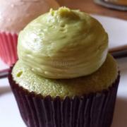 cupcake trà xanh - >30k - bánh xốp mềm nhưng hơi bở; vị trà xanh thơm nhưng ngọt không thanh; kem beo béo vừa ăn không quá béo ăn chung với bánh khá bắt miệng.