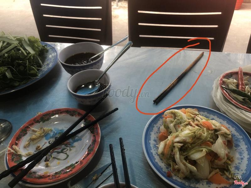 """Ăn xong xui tự nhiên có một """" bà chuỵ"""" để cây que thịt nướng trên bàn, mình đã lườm hỏi sao tự nhiên để cây que thịt ăn rồi lên bàn khách, nhưng chuỵ không trả lời mà vọt đi nhanh như chớp"""
