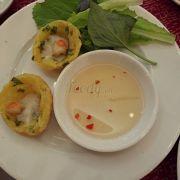 Bánh khọt tôm có chan nước cốt dừa ăn béo béo ngon miệng