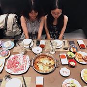 Muốn bày full bàn chụp nhưng kinh phí k có, có là mua thêm dĩa thịt 199k gì đó rồi :)) nghe bảo được tặng 3 li nước ngọt khi mua :))