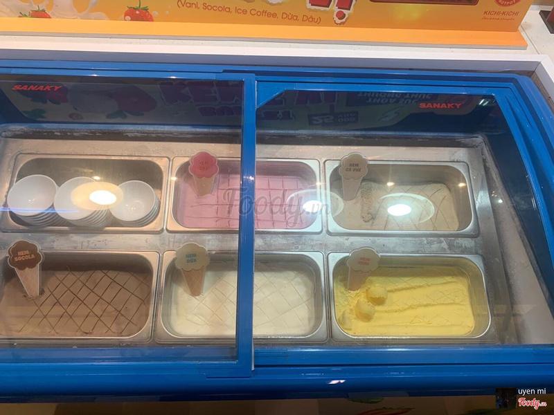 Dô ăn sớm nên thấy tủ kem đẹp quá nên chụp lại khoe liền