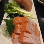 Bụng cá hồi sashimi