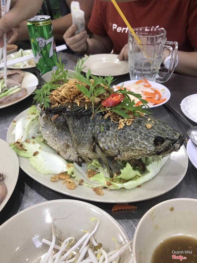 cá lóc chiên xù: ăn giòn, thơm, nóng hổi. Cuốn cùng bánh tráng là hết bài
