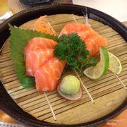 Sashimi cá hồi. Mình dùng phần 6 miếng, mỗi đứa 3 miếng :D tươi ngon