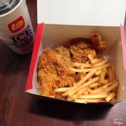 Combo gà được free upsize nước và khoai.