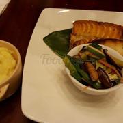 Cá tuyết nướg ăn kèm mash potato và rau nấm xào