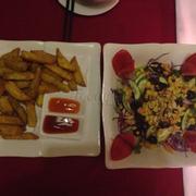 Khoai lang chiên và salad