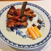 - Sườn nướng quế: dù kết hợp với quế nhưng hương vị thịt chỉ nhẹ vị quế nhưng vẫn đảm bảo được độ thanh nhẹ và không quá nặng vị quế. Vị thịt ngọt nhẹ do không dùng đường hay mật ong