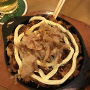 """Bánh xéo nhật bản """"Okonomiyaki"""" theo phong cách của Akatonbo ,nhìn mayone nhiều vậy thôi chứ kèm theo sốt màu đen quyện lại rất ngon mà k béo lắm đâu.Món này ở Nhật là nổi tiếng rồi,ăn bánh xèo thì chỉ thích ở đây.1 cái chia làm 4 ăn k ngán 😘 Cứ có lương là chúng ta lại ghé 🤣🤣"""