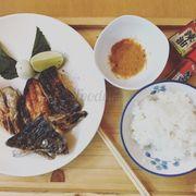 Sake atama yaki 😘🐬 (đầu cá hồi nướng muối)....               Ăn trưa thôi nào