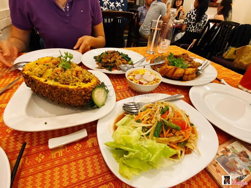 Bàn ăn đây. Được trait khăn bàn hoạ tiết Thái Lan