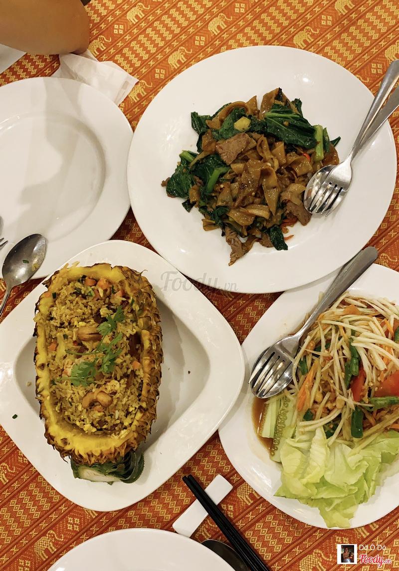 Ba món; cơm trái thơm, hủ tiếu xào bò cay,  gỏi đu đủ tôm khô. Ba món khá thuần Việt