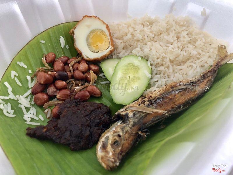 Nasi lemak truyền thống với cá chiên