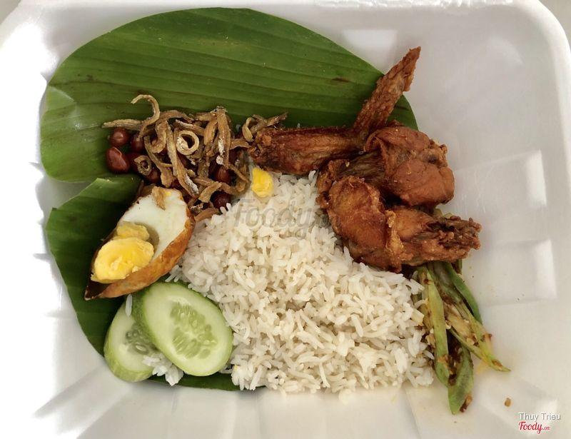 Nasi lemak với cánh gà chiên