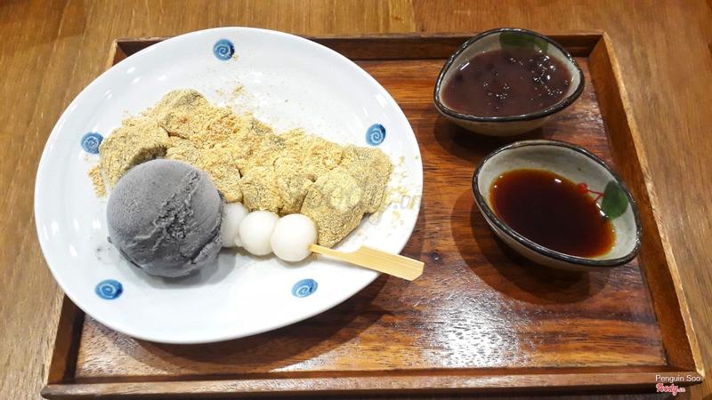 Warabi mochi lăn bột đậu nành, kem mè đen, sốt mật và chè đậu đỏ