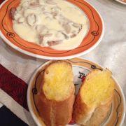 Bò sốt kem nấm ăn cùng bánh mì