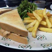Sandwich cá ngừ + khoai tây. Rất chất lượng và giòn