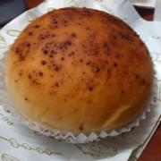 Bánh phomai ăn bình thường, rải bên trên hình như là cà phê (15k/1)