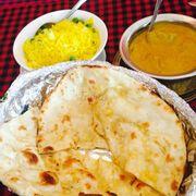 Bánh pan, cơm vàng với đậu hà lan, cà ri bò