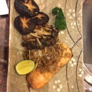 Cá hồi áp chảo vs nấm xào khá ngon