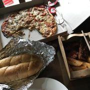 Hôm qua có oder pizza, bánh mì cùng set sườn pizza thì cháy cạnh, sườn cũng bị cháy viền nhiều, còn riêng bánh mì thì vẫn còn mùi hăng của tỏi cộng thêm yếu tố nhiều dầu Kết luận chung là không ngon như những lần mình ăn ở vincom hay ở garden