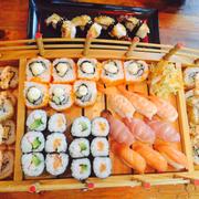 Sushi tổng hợp. Đồ ăn ngon. Giá cả cũng hợp lí. Mỗi tội để mùi cá hơi nồng trong nhà.