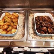 Khoai tây chiên, sườn heo nướng mật ong khá ngọt
